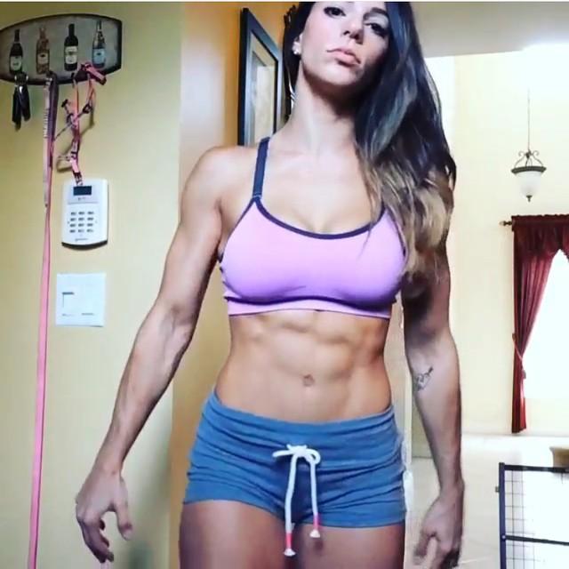 【腹筋エロ画像】細いそしてこの筋肉美!鍛えた海外美女の舐めたくなる腹筋www 15