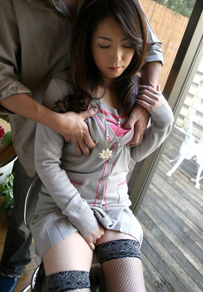 【乳揉みエロ画像】超敏感なおっぱいは服の上から揉まれても力抜けて悶絶しますwww 17