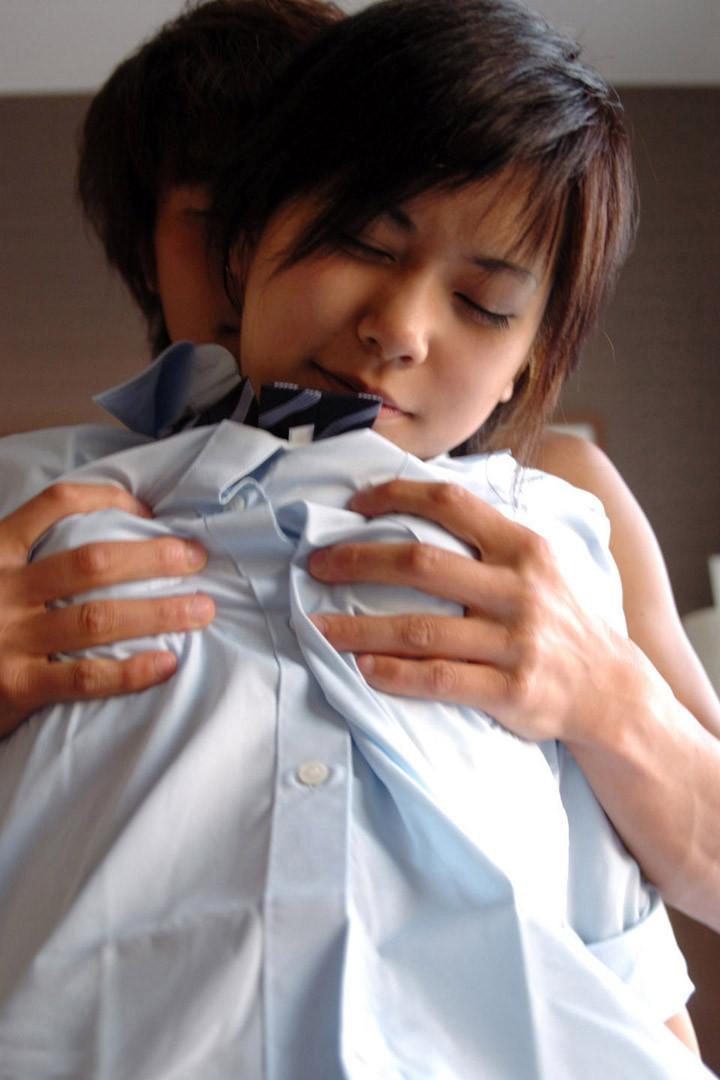 【乳揉みエロ画像】超敏感なおっぱいは服の上から揉まれても力抜けて悶絶しますwww 20