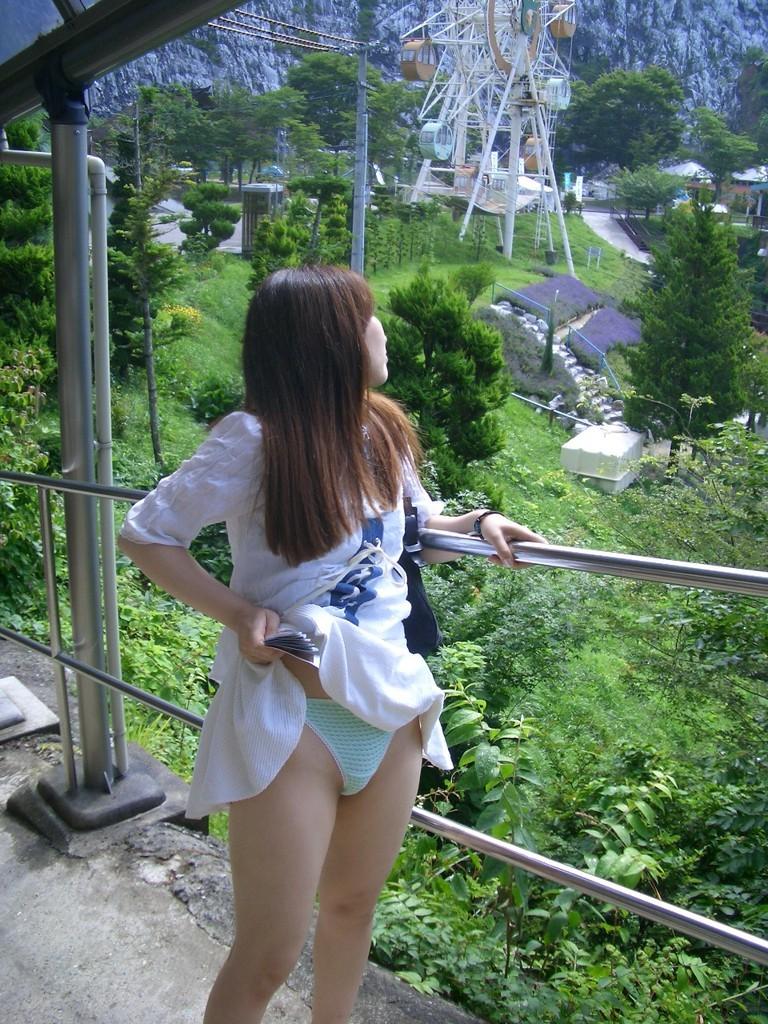 【パンモロエロ画像】凄く簡単なOKサインwスカートたくし上げてパンツ見せちゃう女の子www 15