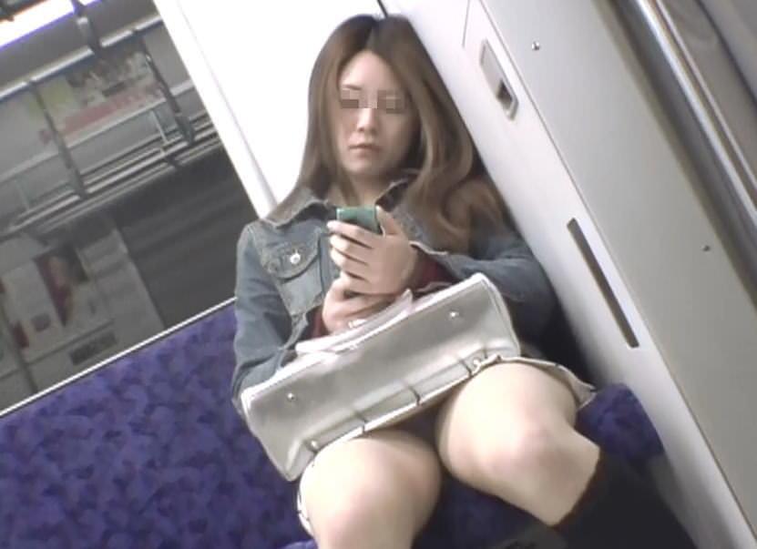 【パンチラエロ画像】見る側的にはもっと崩れても許すw電車内の対面パンチラ淑女www 04