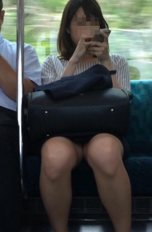 【パンチラエロ画像】見る側的にはもっと崩れても許すw電車内の対面パンチラ淑女www 11