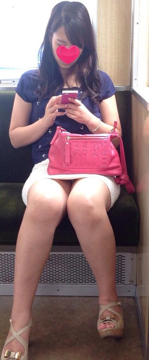 【パンチラエロ画像】見る側的にはもっと崩れても許すw電車内の対面パンチラ淑女www 15
