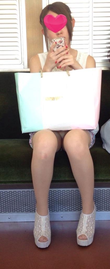 【パンチラエロ画像】見る側的にはもっと崩れても許すw電車内の対面パンチラ淑女www 23