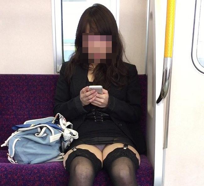 【パンチラエロ画像】見る側的にはもっと崩れても許すw電車内の対面パンチラ淑女www 25