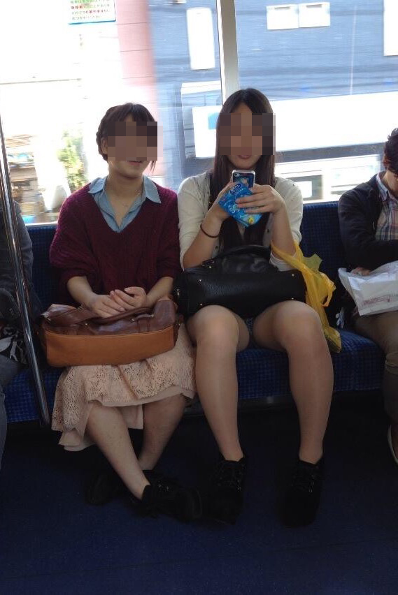 【パンチラエロ画像】見る側的にはもっと崩れても許すw電車内の対面パンチラ淑女www 28