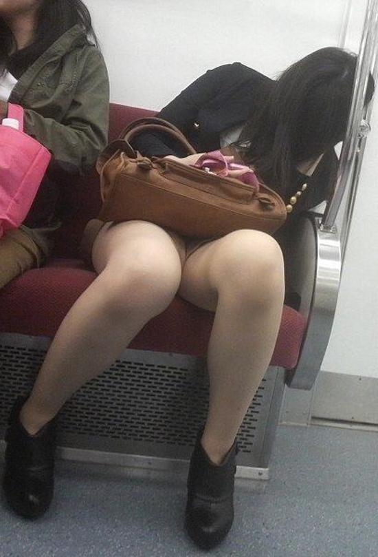 【パンチラエロ画像】見る側的にはもっと崩れても許すw電車内の対面パンチラ淑女www 29