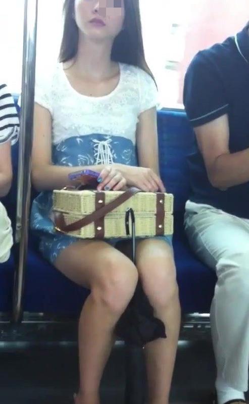 【パンチラエロ画像】見る側的にはもっと崩れても許すw電車内の対面パンチラ淑女www 30