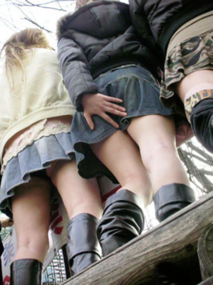 【パンチラエロ画像】無駄だよw手隠しやめてちゃんと見せるべきパンチラ女子www 12