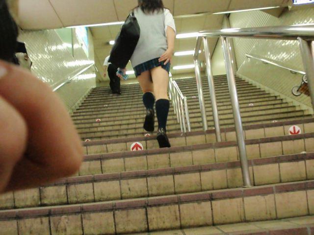 【パンチラエロ画像】無駄だよw手隠しやめてちゃんと見せるべきパンチラ女子www 14
