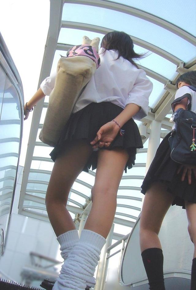 【パンチラエロ画像】無駄だよw手隠しやめてちゃんと見せるべきパンチラ女子www 16