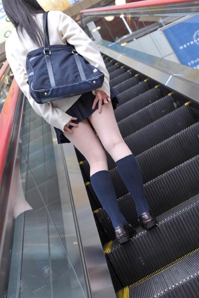 【パンチラエロ画像】無駄だよw手隠しやめてちゃんと見せるべきパンチラ女子www 17