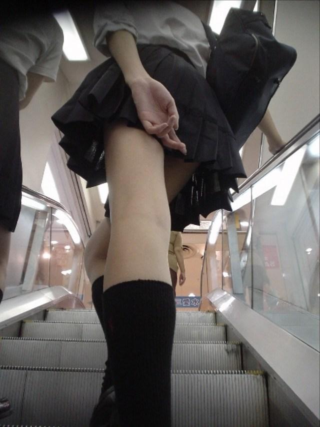 【パンチラエロ画像】無駄だよw手隠しやめてちゃんと見せるべきパンチラ女子www 19