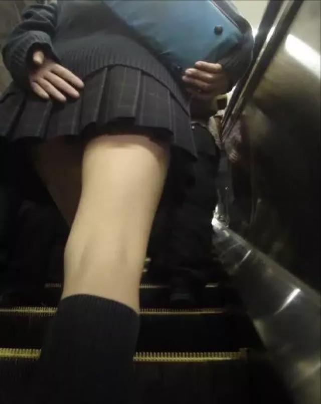 【パンチラエロ画像】無駄だよw手隠しやめてちゃんと見せるべきパンチラ女子www 20