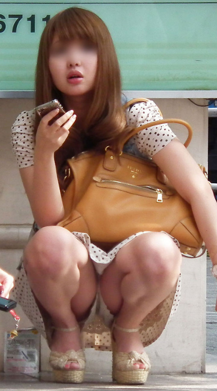 【パンチラエロ画像】一番楽に見せてくれるw堂々と座るパンチラ女子をそっと見守るwww 13