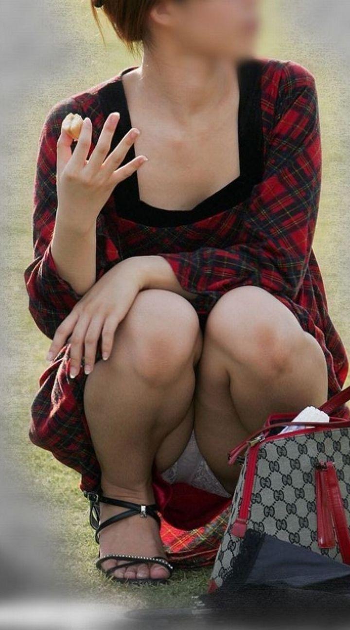 【パンチラエロ画像】一番楽に見せてくれるw堂々と座るパンチラ女子をそっと見守るwww 17
