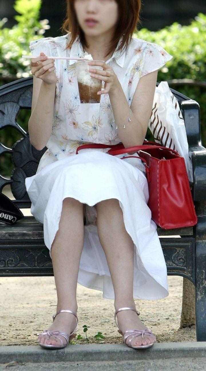 【パンチラエロ画像】一番楽に見せてくれるw堂々と座るパンチラ女子をそっと見守るwww 18