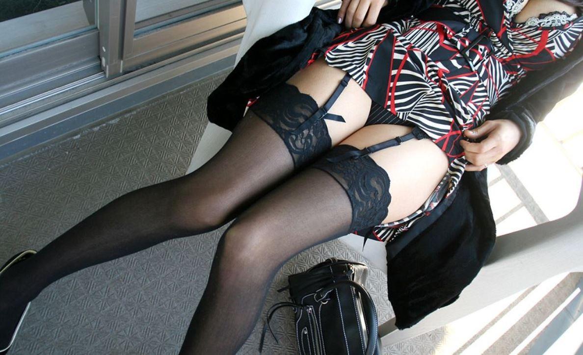 【下着エロ画像】横尻に食い込んだのがヤバイ…大人の女子に超似合うガーターベルト&ストッキングwww 05