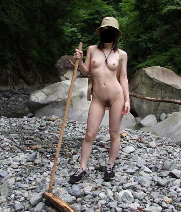 【露出エロ画像】悪天候も対策済みで脱いでますw臨機応変な淑女たちの露出行為www 05