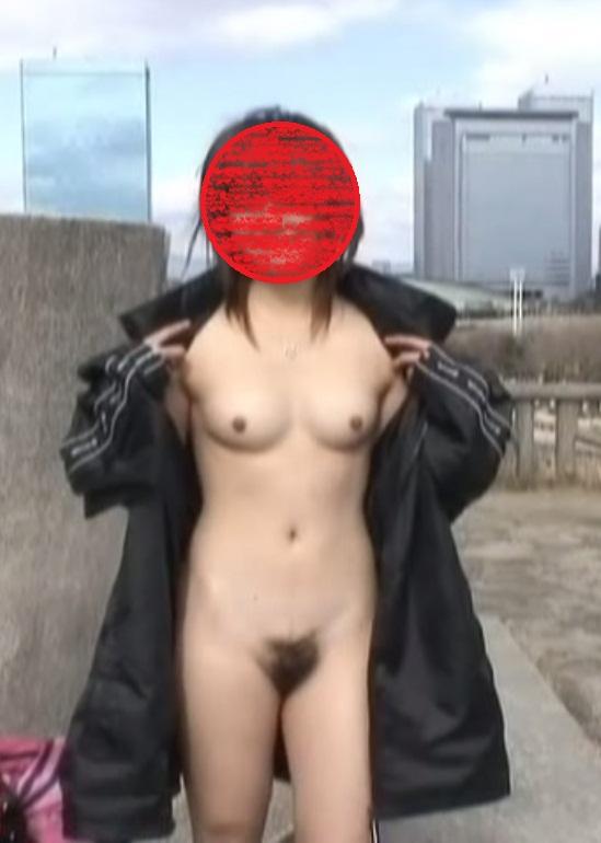 【露出エロ画像】悪天候も対策済みで脱いでますw臨機応変な淑女たちの露出行為www 08