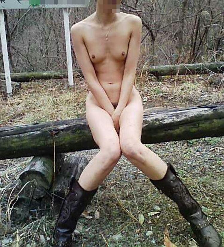 【露出エロ画像】悪天候も対策済みで脱いでますw臨機応変な淑女たちの露出行為www 17