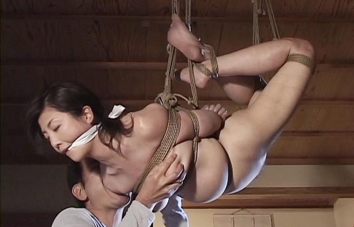 【SMエロ画像】全身が苦痛…過酷な宙吊り緊縛に絶賛苦しみ中のM女たちwww 001