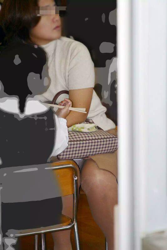 【ママチラエロ画像】旦那の居ない平日だと見え放題!ママさんたちの無防備パンチラwww 04