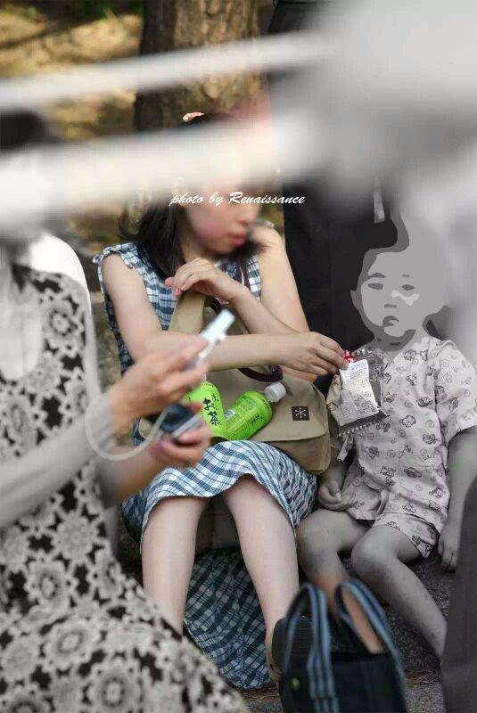 【ママチラエロ画像】旦那の居ない平日だと見え放題!ママさんたちの無防備パンチラwww 18
