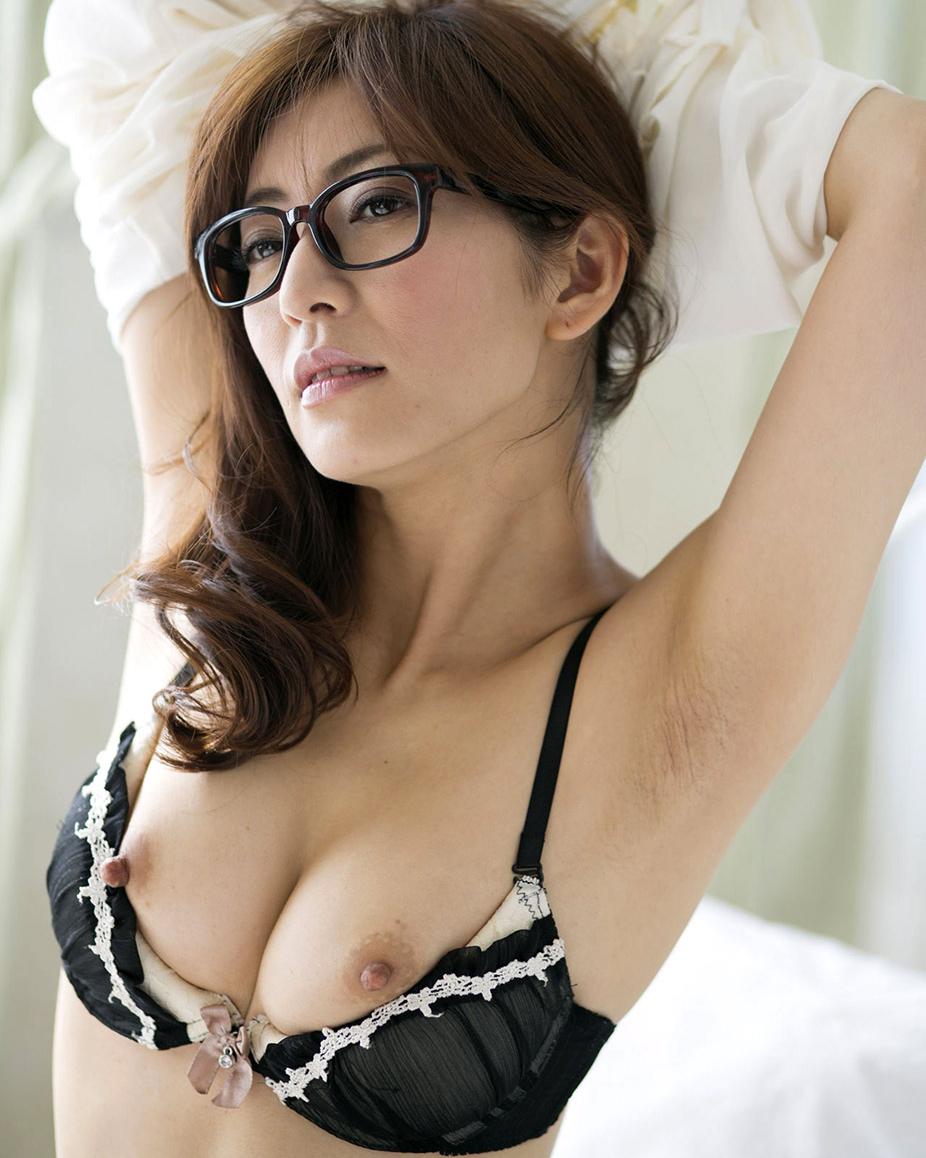 【脱衣エロ画像】1枚目なのにもうおっぱいw当人も気の早い女体と脱衣www 23