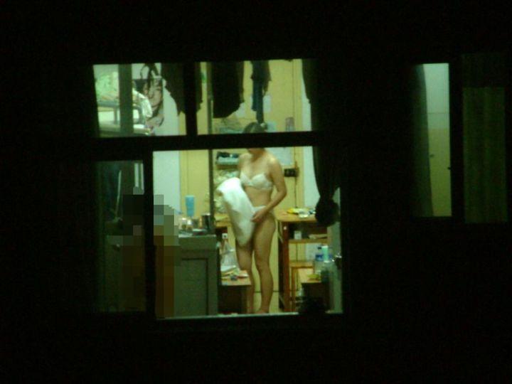 【民家エロ画像】最上階でも視線に注意w窓越しから捉えた女体のすべてwww 27