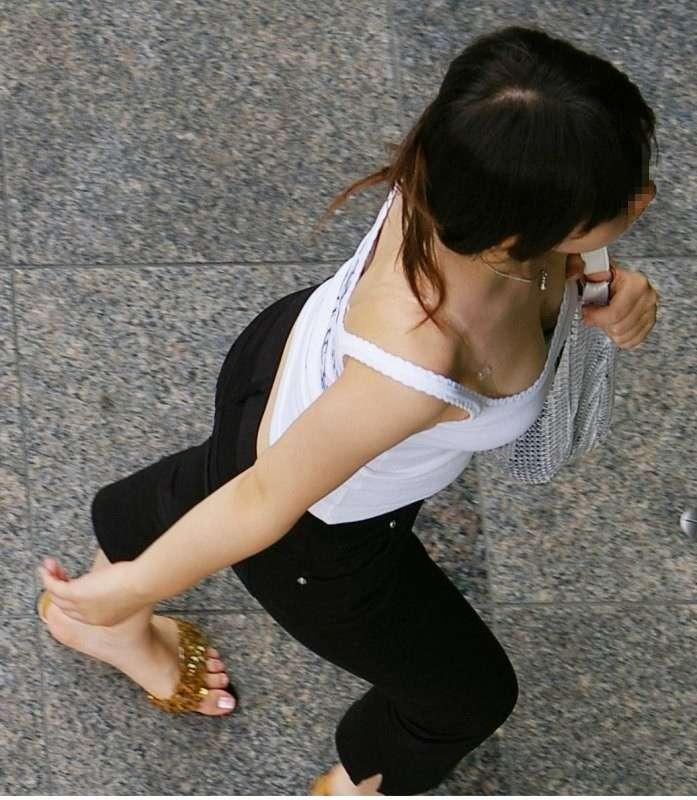 【着衣巨乳エロ画像】隣にいたら耐えられるか!?無自覚とは言わせない巨乳の谷間誘惑www 01