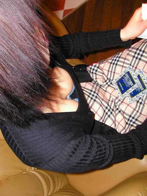 【着衣巨乳エロ画像】隣にいたら耐えられるか!?無自覚とは言わせない巨乳の谷間誘惑www 12