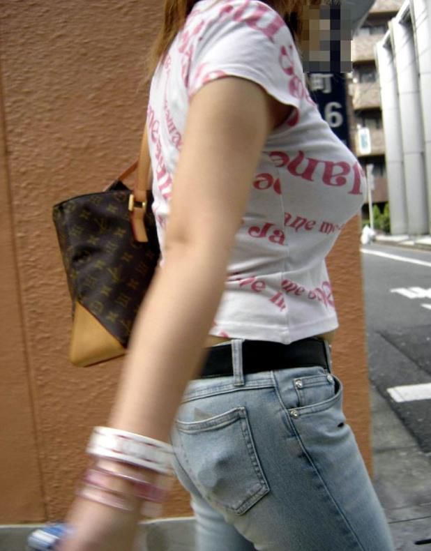 【巨乳エロ画像】本当のサイズは考えてる以上w去るまで見続けたい着衣巨乳www 18