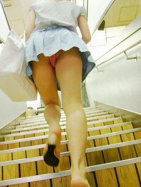 【パンチラエロ画像】パンツ見えるなら喜んで卑屈のフリwローアングルで下着覗きwww 03