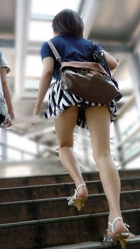 【パンチラエロ画像】パンツ見えるなら喜んで卑屈のフリwローアングルで下着覗きwww 19
