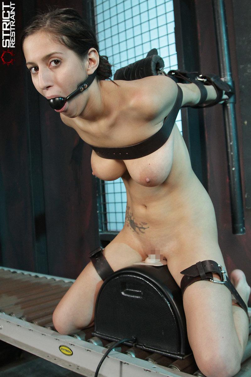 【BDSMエロ画像】超絶品の肉体を縛って更に卑猥さ倍増!海外M女の拘束図www 18