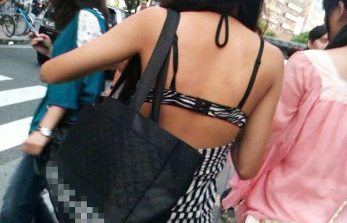 【街角着エロ画像】お金はあるけど背中開きw見せるの大好き素人ギャルの露出過度ファッションwww 001