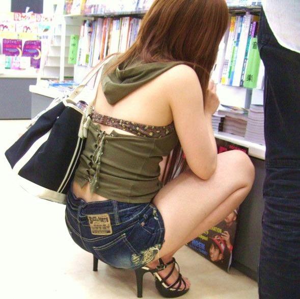 【街角着エロ画像】お金はあるけど背中開きw見せるの大好き素人ギャルの露出過度ファッションwww 01