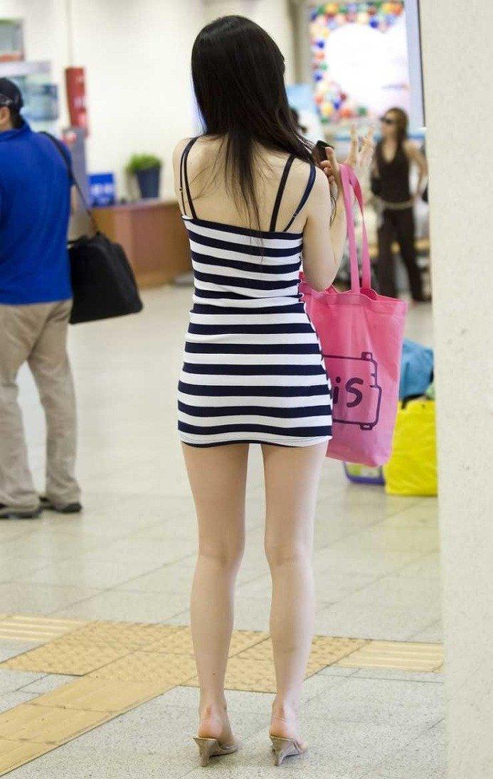 【街角着エロ画像】お金はあるけど背中開きw見せるの大好き素人ギャルの露出過度ファッションwww 09