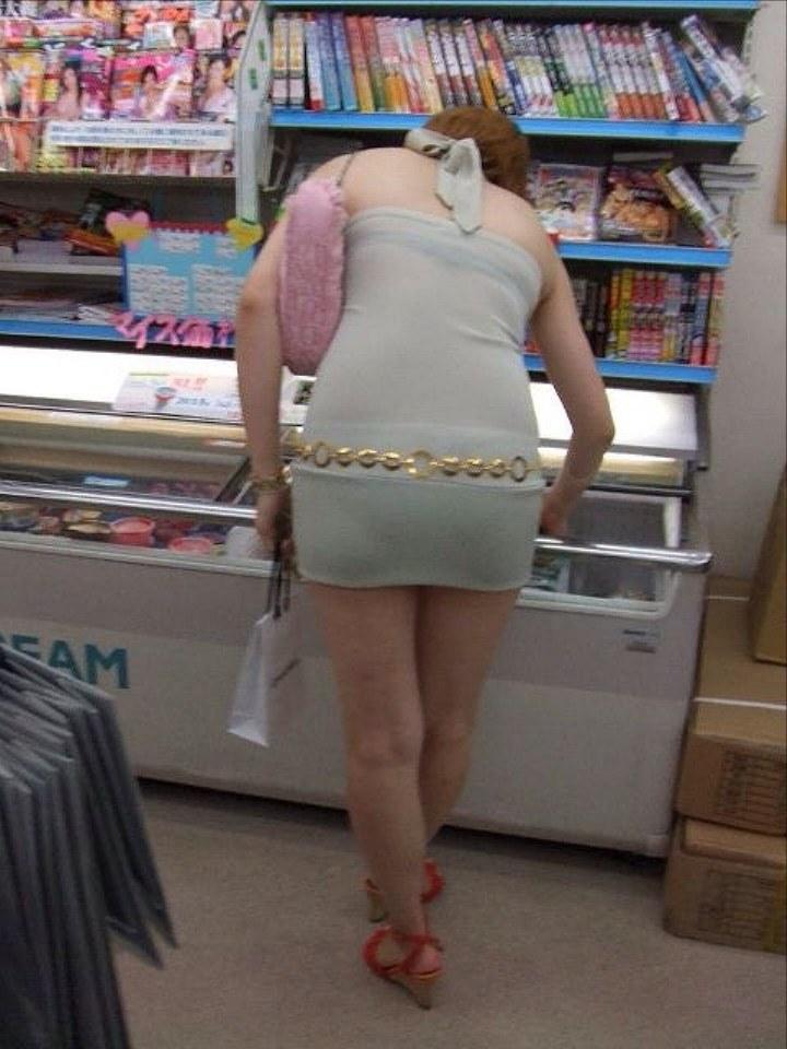 【街角着エロ画像】お金はあるけど背中開きw見せるの大好き素人ギャルの露出過度ファッションwww 14