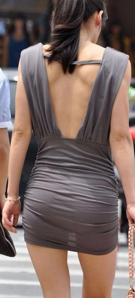 【街角着エロ画像】お金はあるけど背中開きw見せるの大好き素人ギャルの露出過度ファッションwww 16
