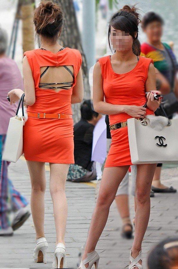 【街角着エロ画像】お金はあるけど背中開きw見せるの大好き素人ギャルの露出過度ファッションwww 19