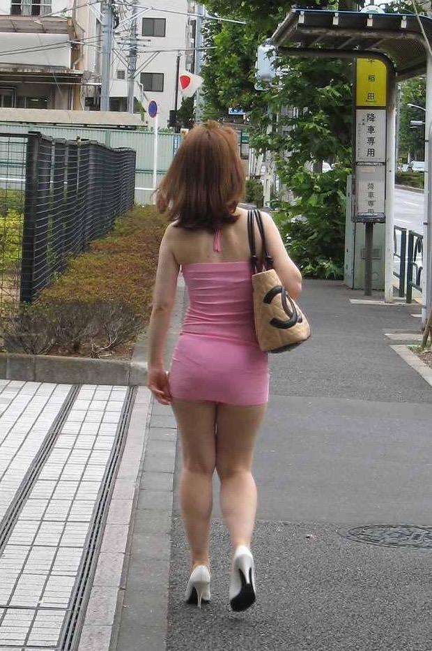 【街角着エロ画像】お金はあるけど背中開きw見せるの大好き素人ギャルの露出過度ファッションwww 21