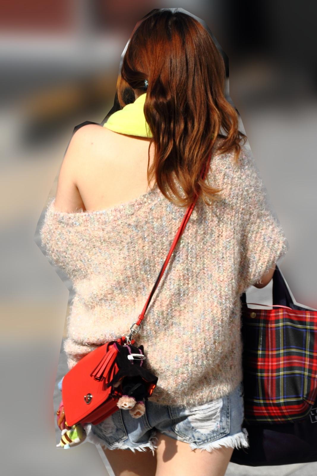 【街角着エロ画像】お金はあるけど背中開きw見せるの大好き素人ギャルの露出過度ファッションwww 29
