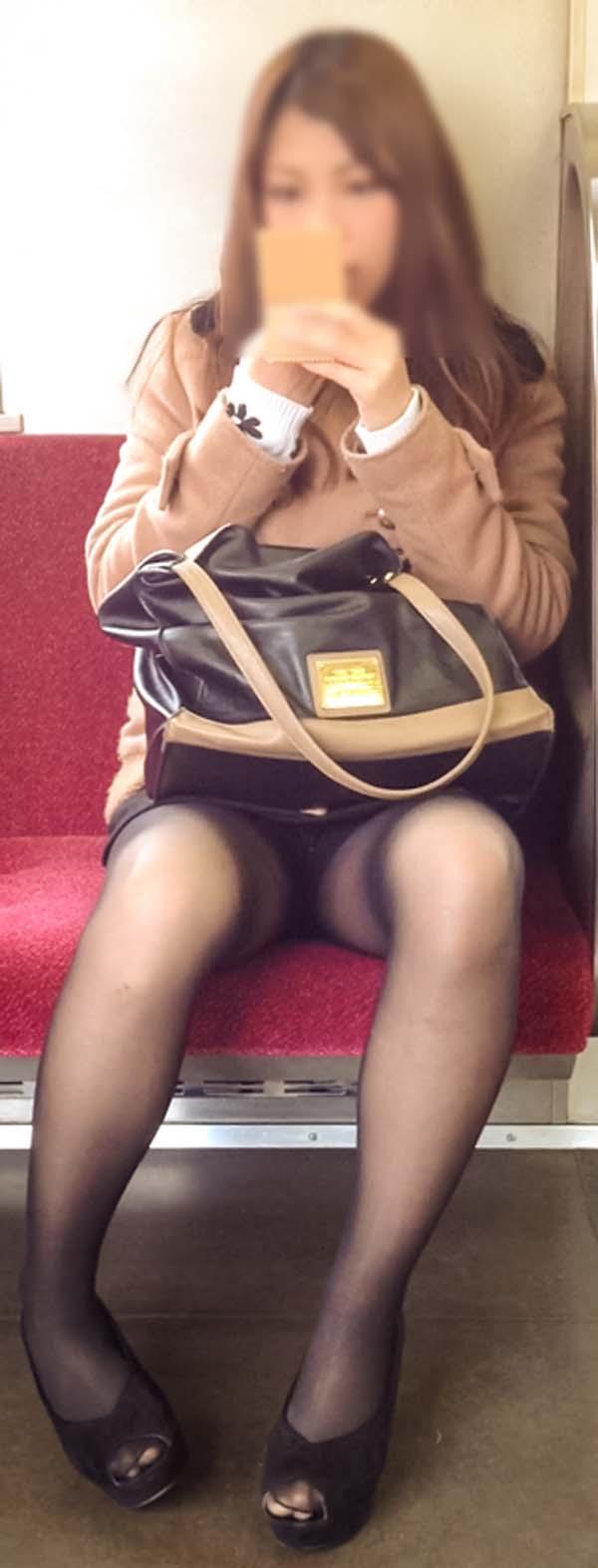 【パンチラエロ画像】熱い視線が対面から突き刺さる!電車内の隙ありパンチラwww 02