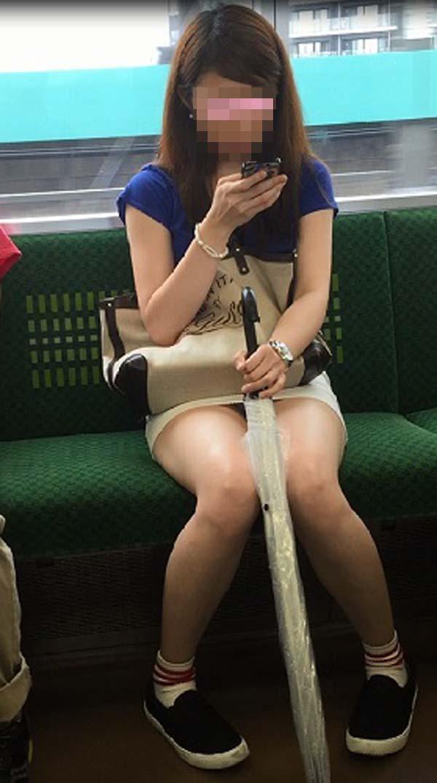 【パンチラエロ画像】熱い視線が対面から突き刺さる!電車内の隙ありパンチラwww 03