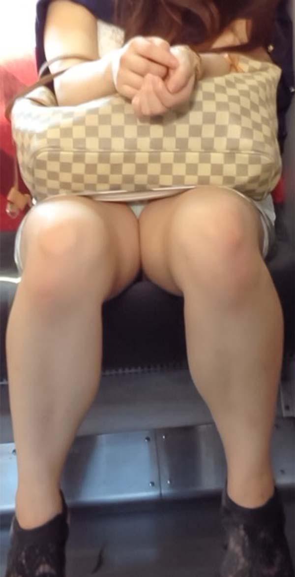 【パンチラエロ画像】熱い視線が対面から突き刺さる!電車内の隙ありパンチラwww 04