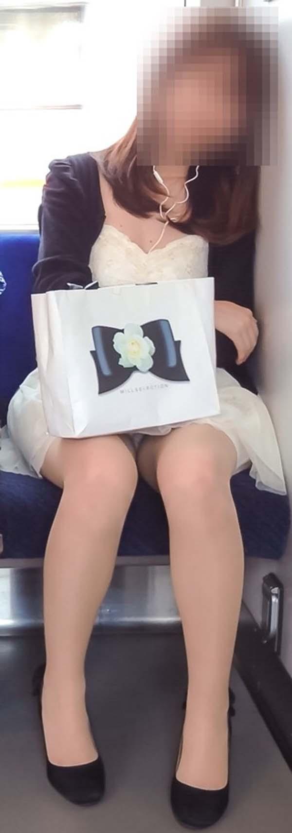 【パンチラエロ画像】熱い視線が対面から突き刺さる!電車内の隙ありパンチラwww 06