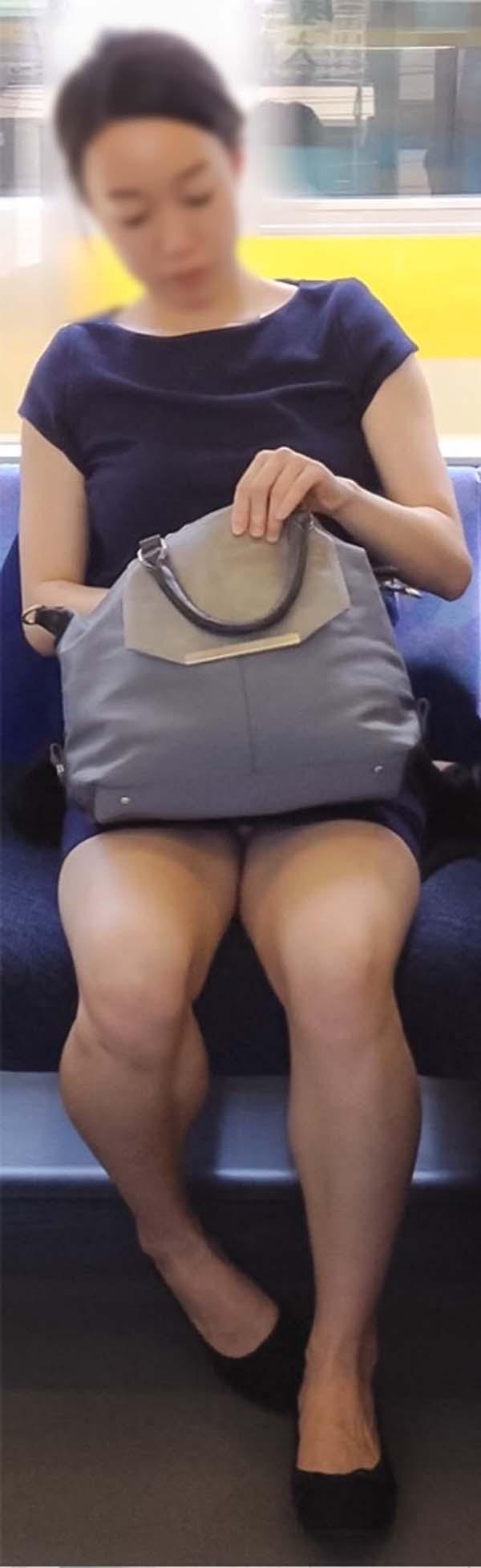 【パンチラエロ画像】熱い視線が対面から突き刺さる!電車内の隙ありパンチラwww 08