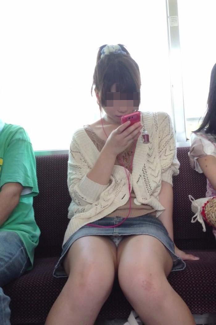 【パンチラエロ画像】熱い視線が対面から突き刺さる!電車内の隙ありパンチラwww 10